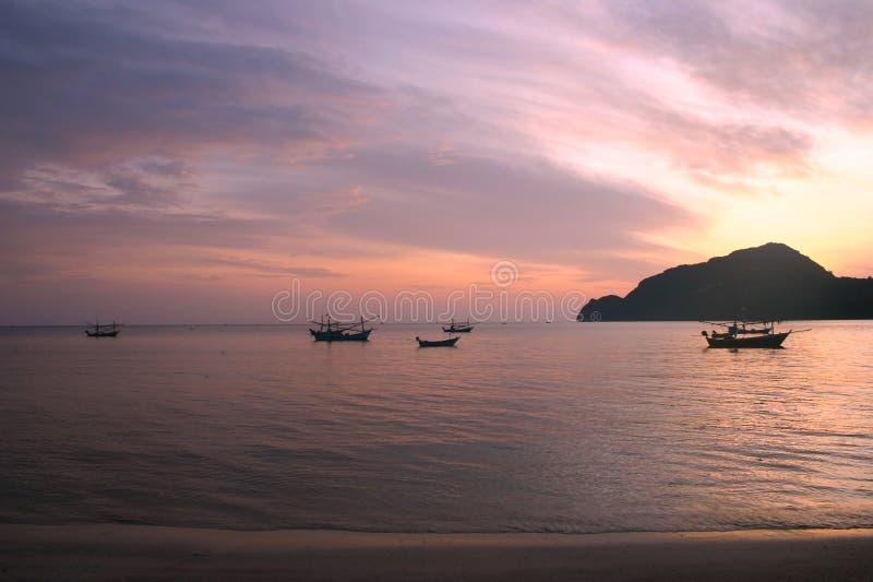 Il peschereccio tailandese ha utilizzato come veicolo per l'individuazione del pesce nel mare sul fondo del tramonto fotografie stock