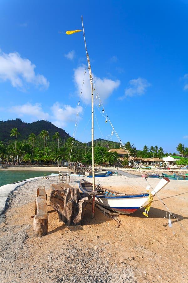 Il peschereccio a terra, palme ed hotel su un fondo fotografia stock libera da diritti