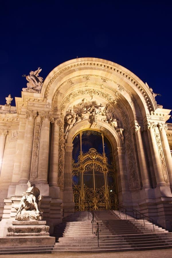 Il Petit Palais alla notte immagine stock