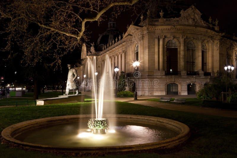 Il Petit Palais a Parigi alla notte. La Francia. fotografia stock