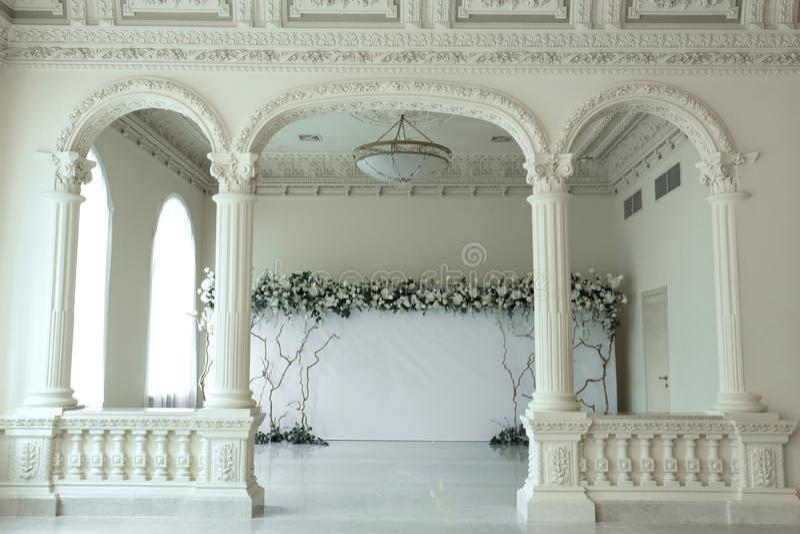 Il photozone leggero di nozze dell'interno ha decorato con i fiori freschi fotografie stock libere da diritti