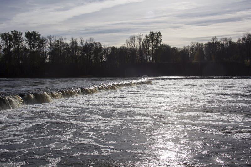 Il più ampia cascata in Europa in Lettonia Kuldiga Fiume Venta immagini stock libere da diritti