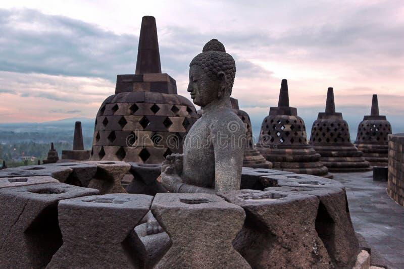 Il più grande tempio buddista Borobudur in Java a tempo di alba fotografia stock