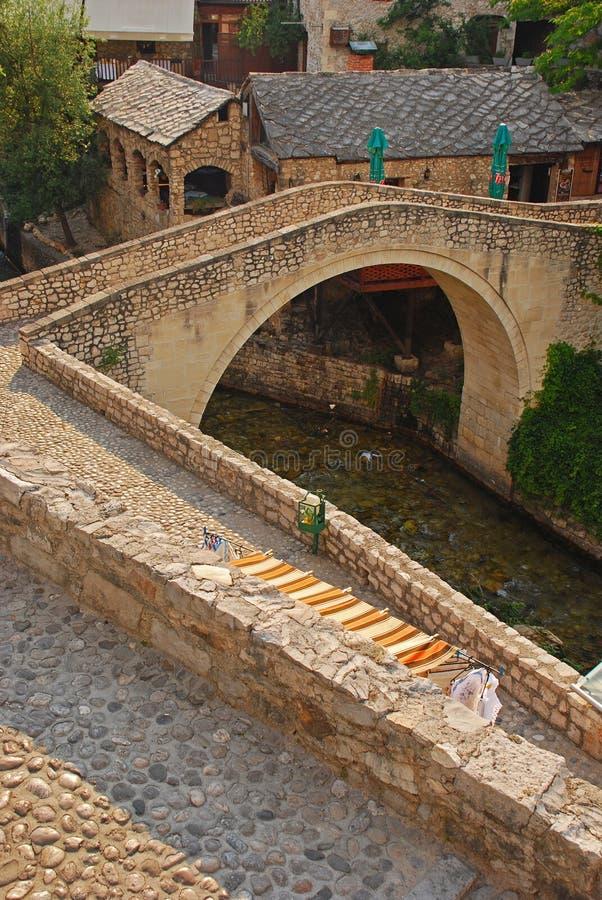 Il più piccolo ponte di Mostar ha chiamato Kriva Cuprija sopra l'insenatura di Rabobolja immagine stock libera da diritti