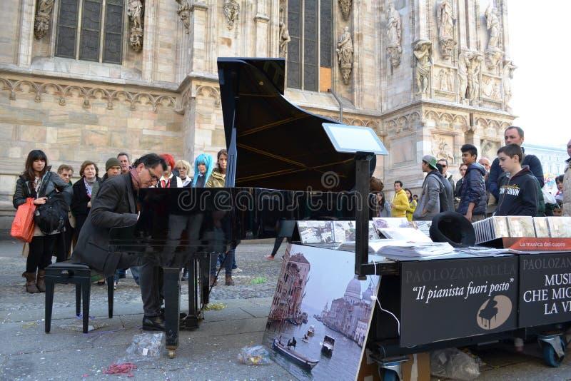 Il pianista Paolo Zanarella dà la manifestazione libera della via di musica che gioca il suo pianoforte a coda al duomo di Milano fotografia stock