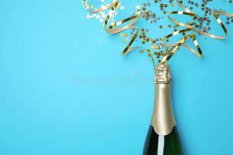 Il piano creativo pone la composizione con la bottiglia di champagne e di spazio per testo fotografia stock