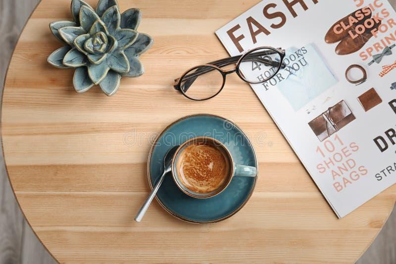 Il piano creativo pone la composizione con caffè caldo delizioso fotografie stock libere da diritti