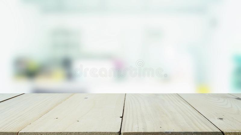 Il piano d'appoggio di legno con il fondo vago di immagine del ristorante per il montaggio e visualizza i vostri prodotti fotografia stock