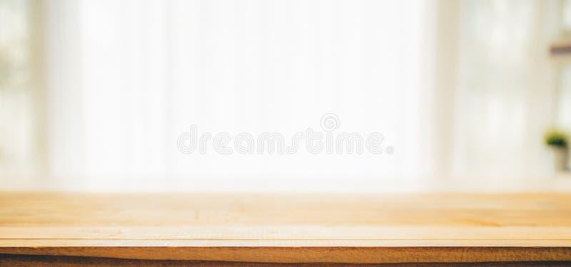 Il piano d'appoggio di legno su bianco ha offuscato il fondo astratto immagini stock