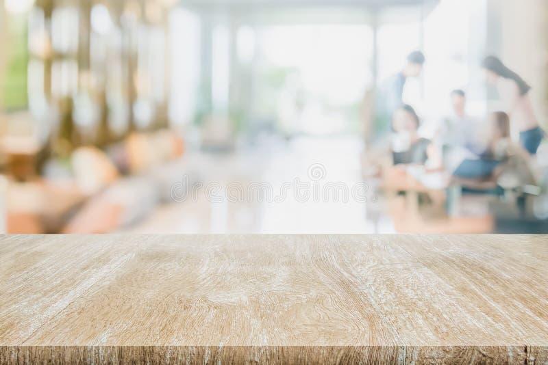 Il piano d'appoggio di legno sulla riunione vaga interna vaga della gente nello spazio dilavoro Ready del caffè della caffetteria fotografia stock libera da diritti
