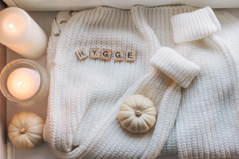 Il piano di Hygge pone con il maglione e le candele immagine stock