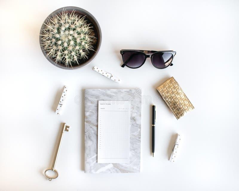 Il piano di stile di vita pone con gli accessori Bianco ed oro fotografie stock libere da diritti