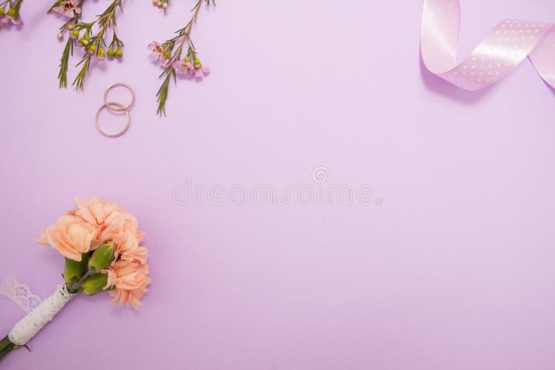 Il piano minimalistic sveglio mette sul tema di nozze nei colori delicati della lavanda immagini stock