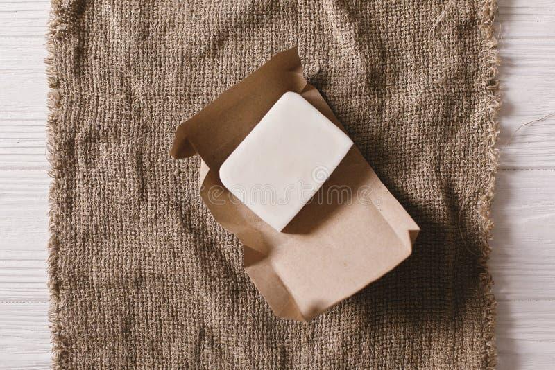 Il piano naturale del sapone della noce di cocco di Eco mette sul fondo rustico sustaina immagini stock