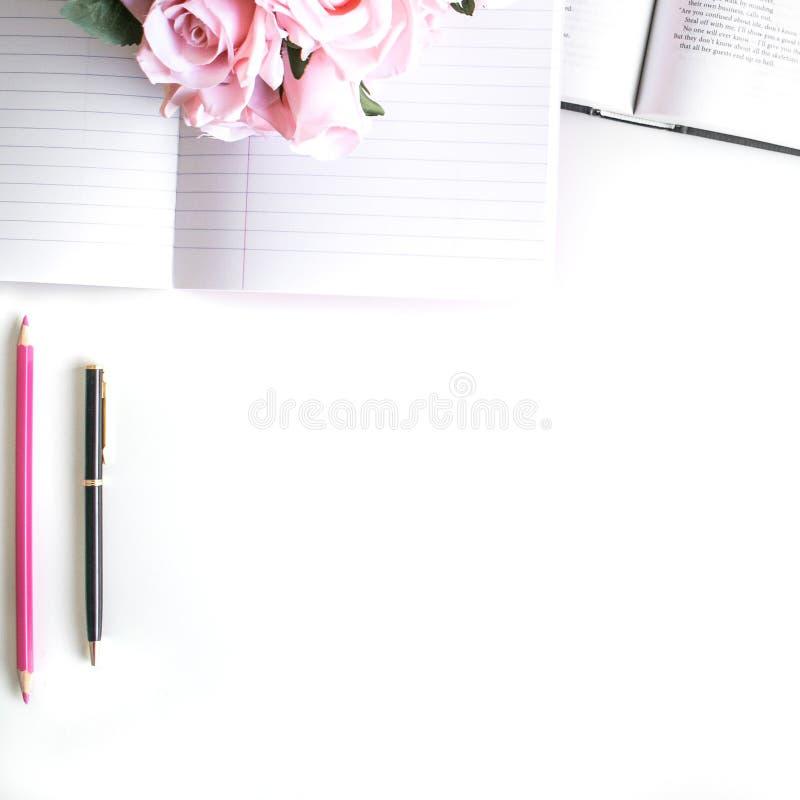 il piano pone con differenti accessori; mazzo del fiore, rose rosa, libro aperto, bibbia fotografia stock libera da diritti