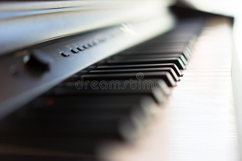 il piano sta aspettando i musicisti per giocare la melodia immagine stock