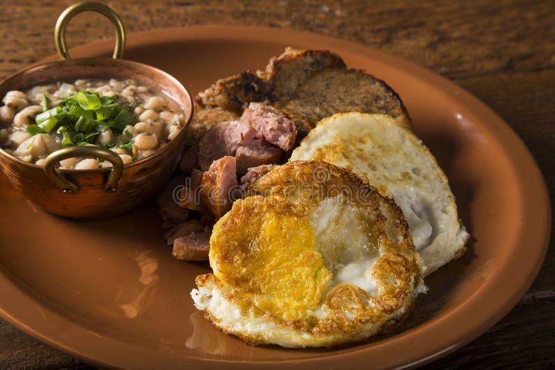 Il piatto brasiliano tradizionale del pranzo ha chiamato il virado un paulista immagini stock libere da diritti