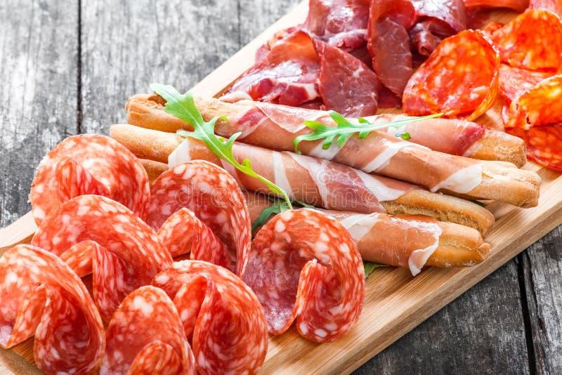 Il piatto con i grissini di grissini prosciutto di parma - Ghigliottina affetta salame ...