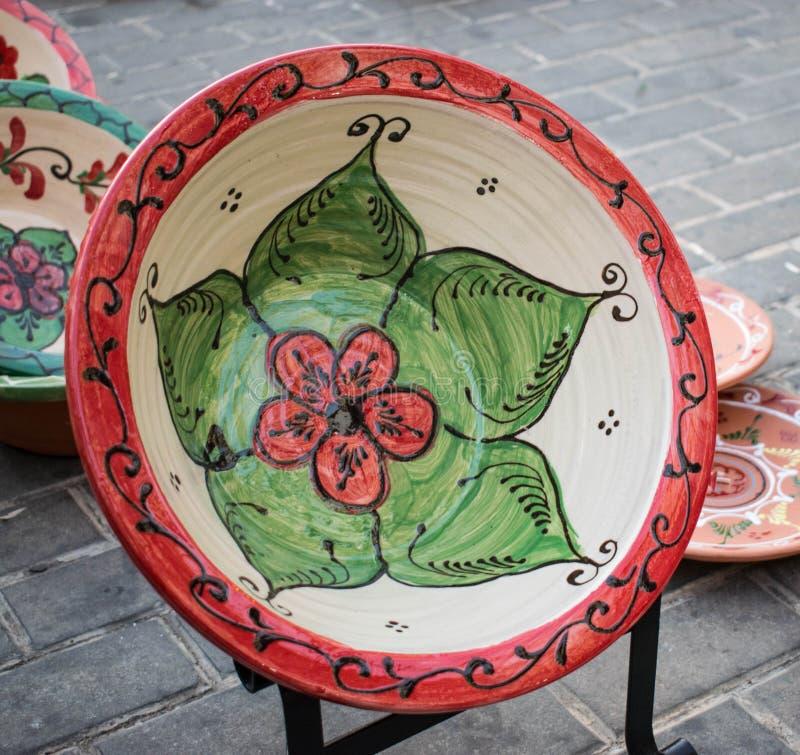 Il piatto decorativo floreale in un mercato medievale fotografia stock libera da diritti