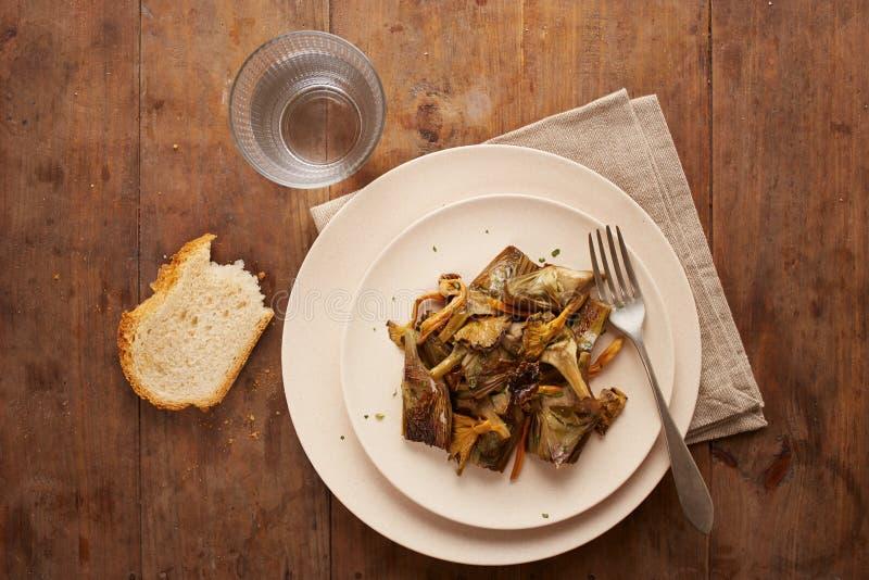 Il piatto dei carciofi sauteed e del piede giallo si espande rapidamente fotografia stock
