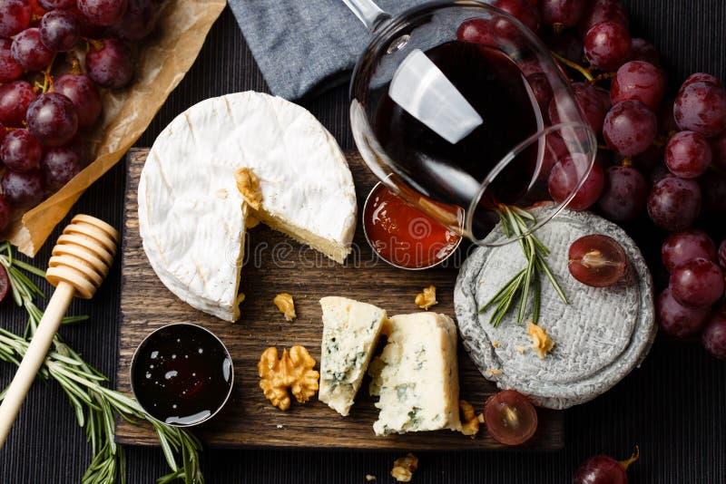 Il piatto di formaggio è servito con vino, inceppamento e miele fotografia stock libera da diritti