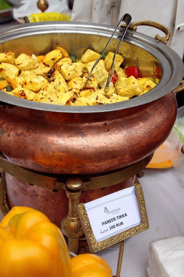 Il piatto indiano tradizionale ha fritto più panier con le spezie nel bazar indiano fotografia stock libera da diritti