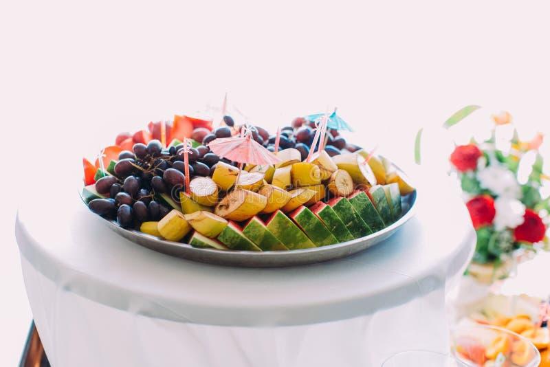 Il piatto in pieno dei frutti differenti Insieme della tavola di nozze fotografie stock