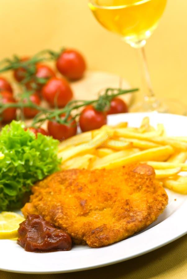 Il piatto in pieno di carne - pezzetto del vitello crunchy fotografie stock libere da diritti