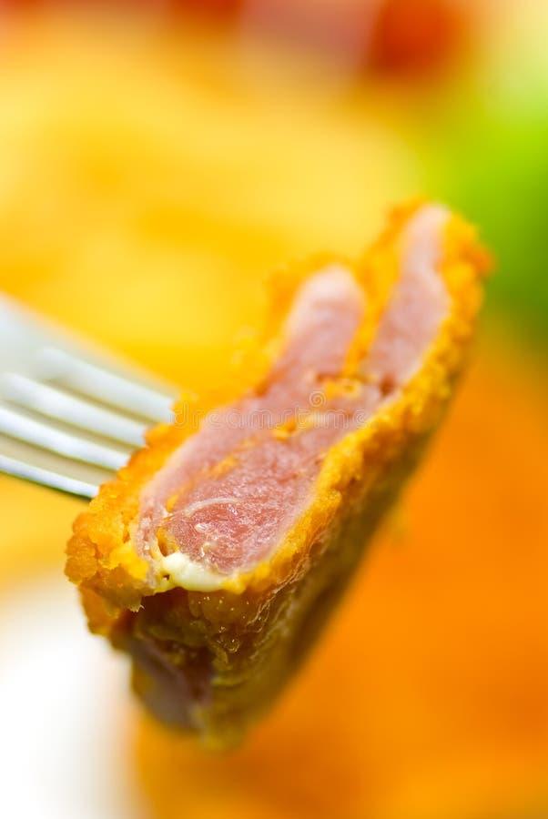 Il piatto in pieno di carne - pezzetto del vitello crunchy fotografia stock libera da diritti