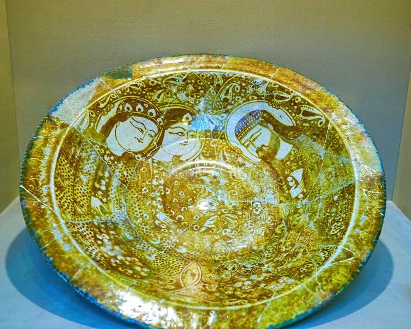 Il piatto ristabilito antico con le belle pitture, Teheran, IRA fotografie stock libere da diritti