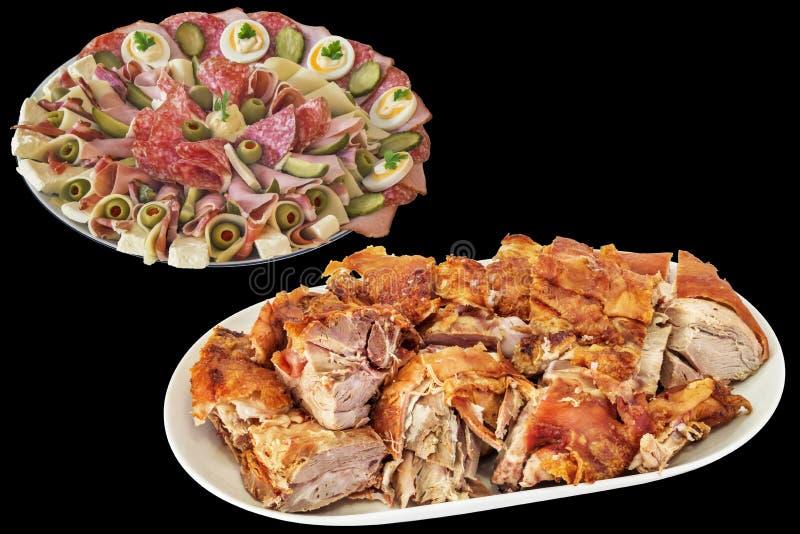 Il piatto saporito dell'aperitivo con di recente sputa le fette arrostite della spalla della carne di maiale isolate su fondo ner immagine stock libera da diritti