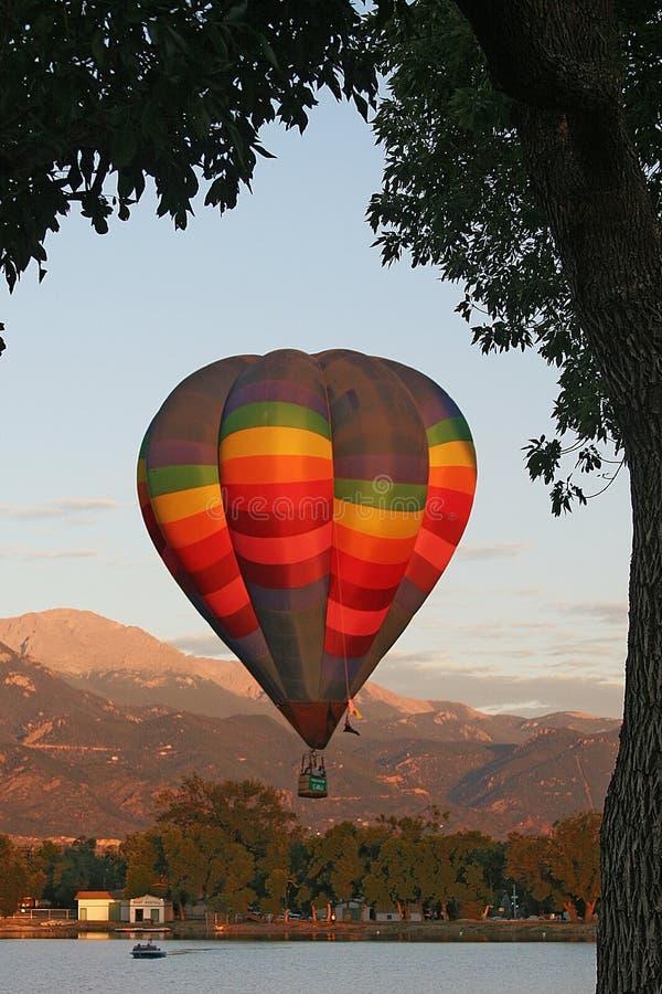 Il picco e la mongolfiera dei lucci al Colorado Balloon il classico i immagine stock libera da diritti