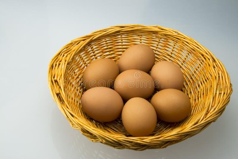 Il piccoli canestro ed uovo fotografia stock
