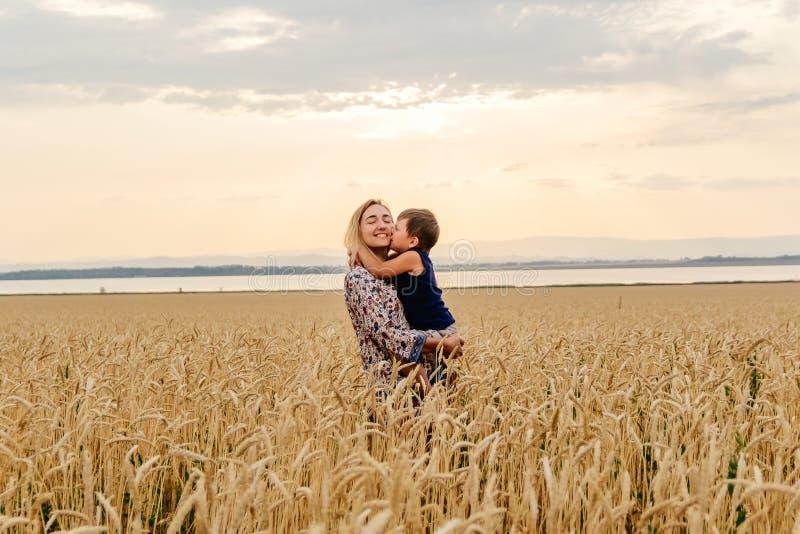 Il piccolo bambino abbraccia e bacia la mamma fotografie stock libere da diritti