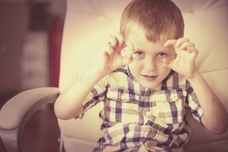 Il piccolo bambino racconta una storia spaventosa fotografia stock libera da diritti