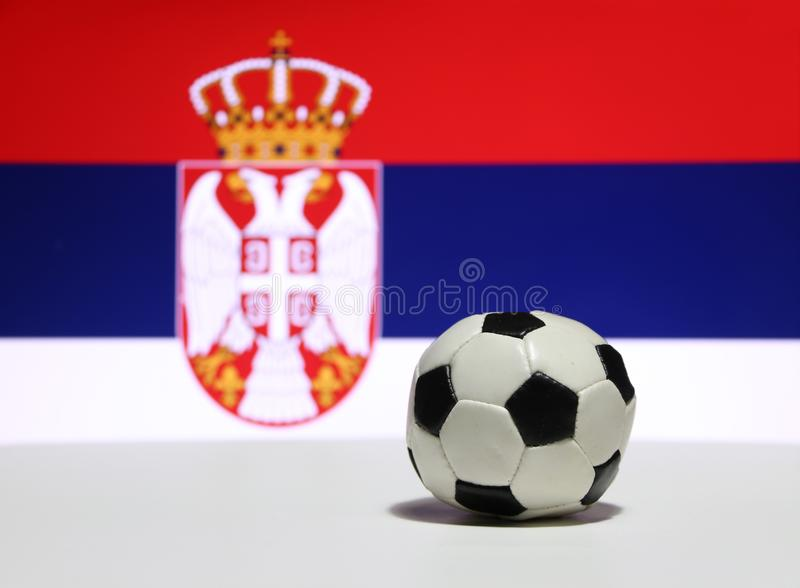 Il piccolo calcio sul pavimento bianco con colore blu e rosso bianco, fuori mette a fuoco l'immagine della corona e dell'aquila d fotografia stock libera da diritti