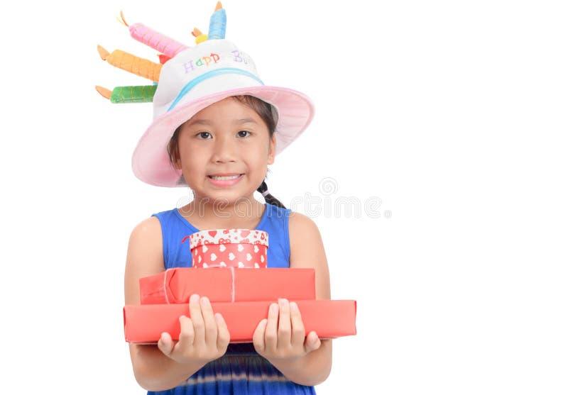Il piccolo contenitore di regalo sveglio della tenuta della ragazza ha isolato immagine stock