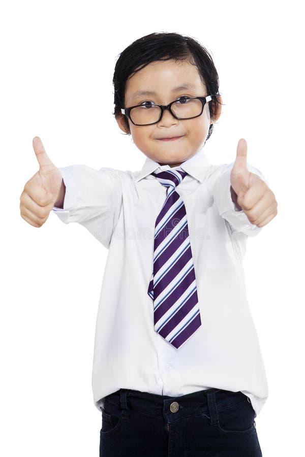 Il piccolo imprenditore mostra il gesto GIUSTO fotografia stock