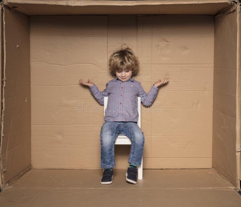 Il piccolo imprenditore spande le sue mani, un futuro sconosciuto fotografie stock