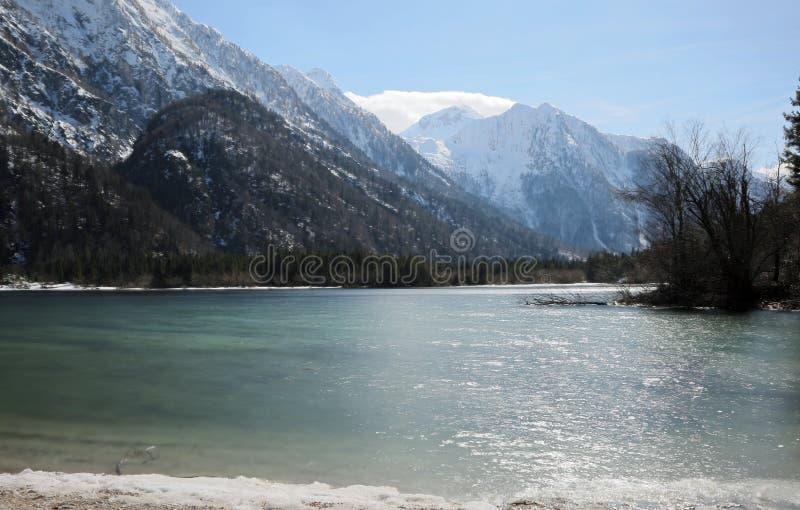 Il piccolo lago alpino impressionante ha chiamato il lago Predil nea nordico dell'Italia immagini stock libere da diritti