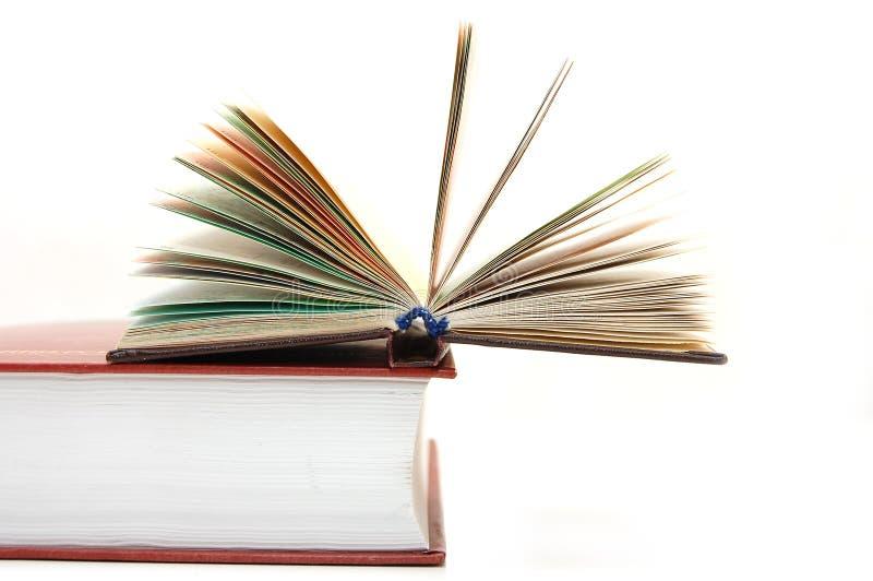 Il piccolo libro aperto pone sul grande manuale immagine stock