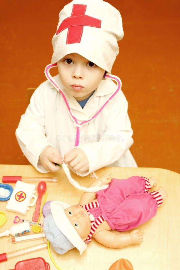 Il piccolo medico cura il paziente ammalato immagine stock