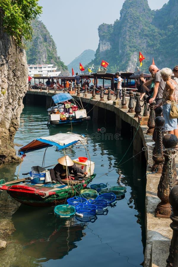 Il piccolo mercato di galleggiamento vicino a Sung Sot frana la baia di Halong, Vietnam fotografie stock
