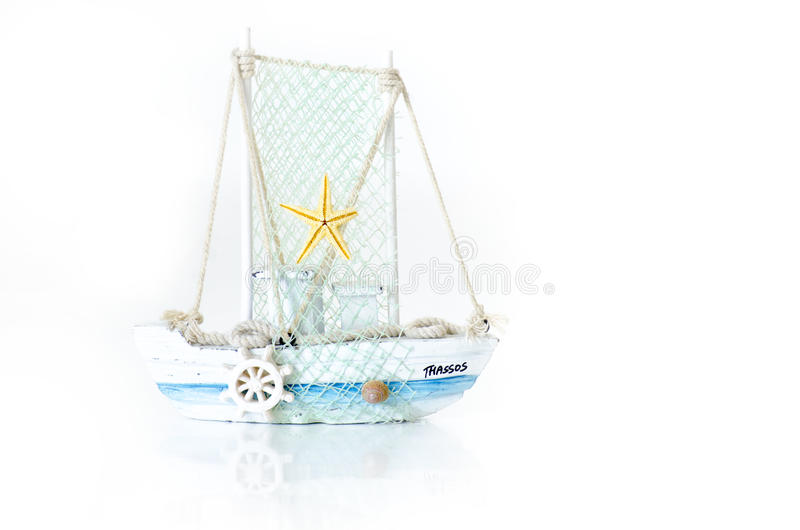 Il piccolo modello Fishing Boat da Thassos, Grecia ha isolato su bianco fotografia stock