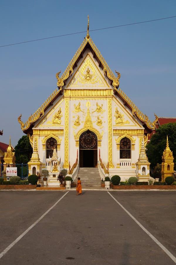 Il piccolo monaco in tempio immagine stock