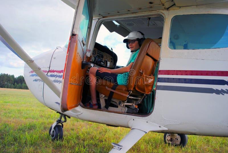 Il piccolo pilota in cabina impara condurre gli aerei immagini stock libere da diritti