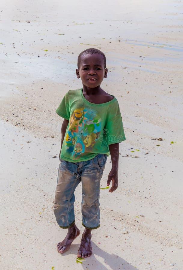 Il piccolo ragazzo africano sta sulla sabbia fotografie stock libere da diritti