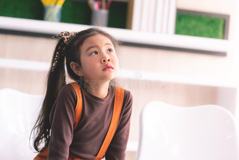 Il piccolo ritratto asiatico della ragazza sta domandandosi il sogno di pensiero fotografie stock libere da diritti