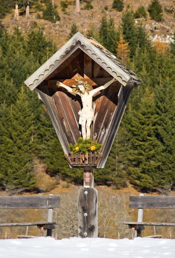 Il piccolo santuario con l'immagine di Cristo ha scolpito in legno ed in banchi immagine stock