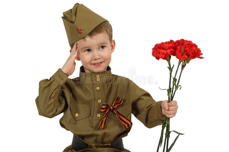 Il piccolo soldato dà l'onore dei militari fotografie stock libere da diritti